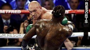 Tyson Fury (izquierda) frente a Deontay Wilder (derecha) durante el combate por el campeonato mundial de los pesos pesados de la WBC en el Garden Arena de Las Vegas el pasado 22 de febrero