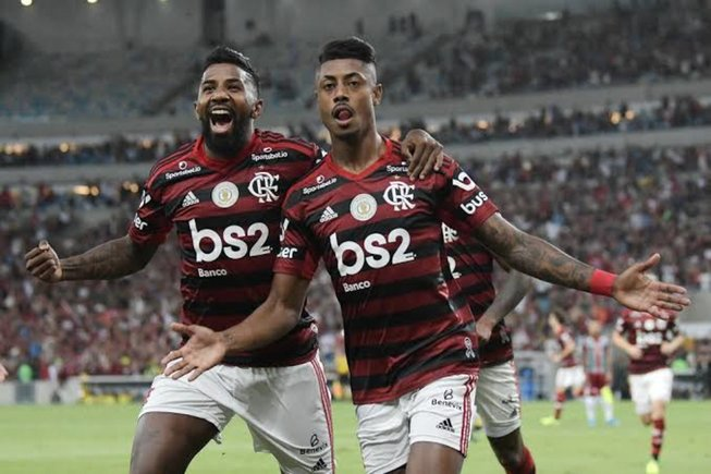 Flamengo se lleva el clásico y sigue de líder en Brasil