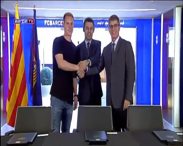 André Marc Ter Stegen con Josep Maria Bartomeu y Jordi Mestre