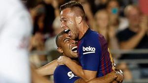 Arthur Melo celebrando junto a Rafinha su primer gol como jugador azulgrana