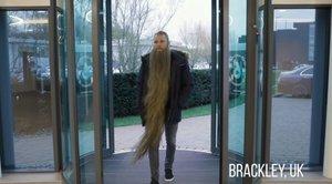 Bottas llega a la sede de Mercedes con una larguisima barba