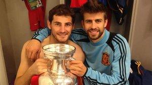 Casillas posa con Piqué y la Copa de campeón de Europa de 2012