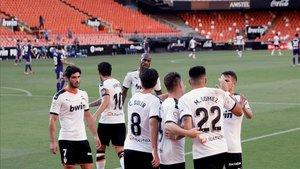 Celebración del Valencia tras el primer gol de Maxi