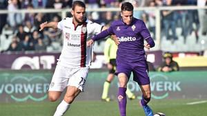 Cristian Tello (derecha) y el centrocampista Panagotis Tachtsidis durante el Fiorentina-Cagliari de la Serie A 2016/17