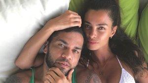Dani Alves aprovecha el atardecer para inmortalizar un momento romántico junto a Joana Sanz | Diario AS