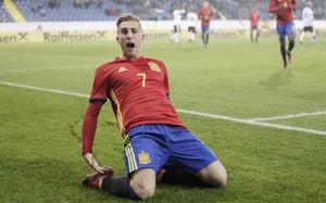 Deulofeu festeja el gol español tras marcar de penalti