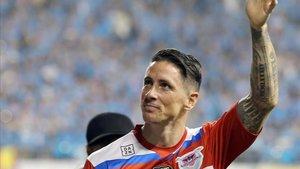 Fernando Torres saluda a su afición desde el terreno de juego.