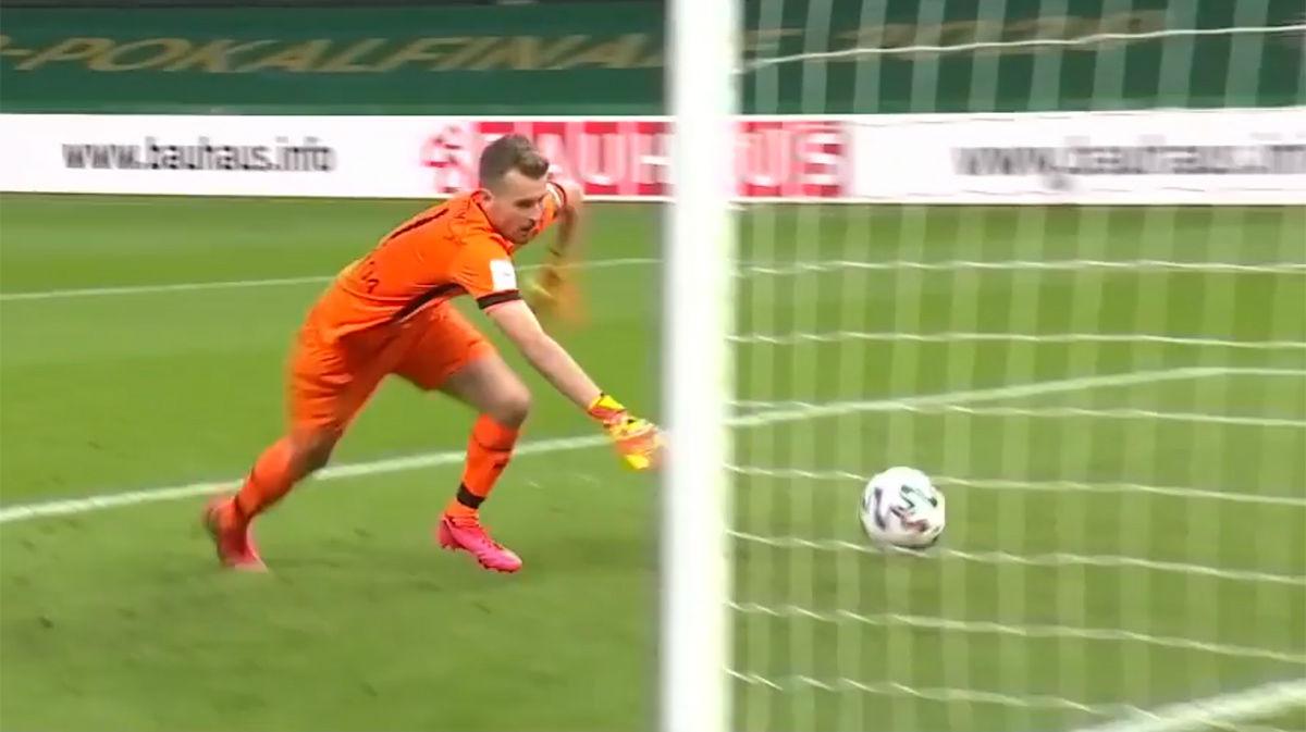 Insólito error del portero del Leverkusen