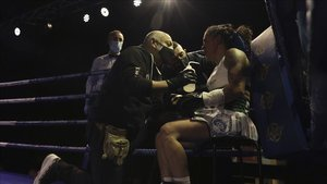 Katy Díaz, durante un descanso de la pelea que perdió ante Pastrana