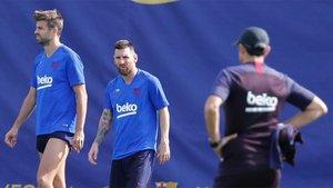 Leo Messi, entre Gerard Piqué y Ernesto Valverde durante un entrenamiento del Barça