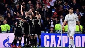 Los jugadores del Ajax celebran un triunfo que dejó en evidencia al Real Madrid