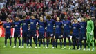 Los jugadores del United durante el minuto de silencio previo a la final de la Europa League