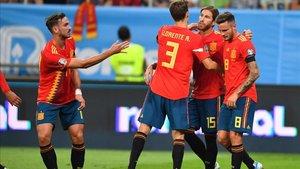 Los jugadores españoles celebran el gol de Ramos de penalti