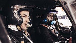 Marc Coma, sentado junto a Fernando Alonso