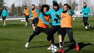 Marcelo y Lucas Vázquez disputan el balón con Karim Benzema durante el entrenamiento del Real Madrid