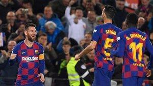 Messi recibe el cariño de sus compañeros tras su hat-trick