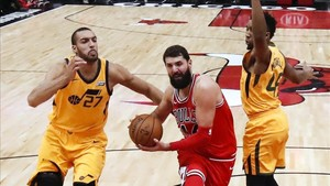 Mirotic intenta un lanzamiento ante Gobert y Mitchell