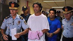 Ronaldinho habría celebrado fiestas con modelos mientras estaba arrestado