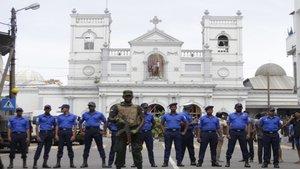 Soldados de Sri-Lanka delante de una iglesia