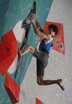 Adam Ondra compite en la final de la Copa del Mundo de escalada IFSC en Moscú, Rusia.