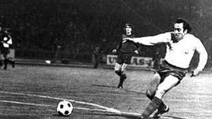 Asensi, con camiseta blanca, en una acción del partido que el FC Barcelona jugó en Budapest en 1975