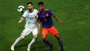 Barrios, junto a Messi, en el partido Argentina - Colombia