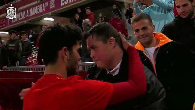 El emotivo gesto de Aleñá con un aficionado de la sub-21
