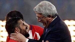 Enrique Cerezo, presidente del Atlético, junto a Diego Costa