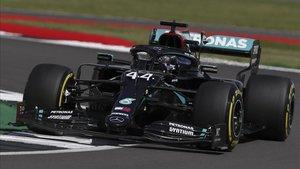 Hamilton sigue dominando en casa