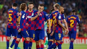 Jordi Alba besa el escudo del FC Barcelona tras anotar el 4-1 ante el Betis