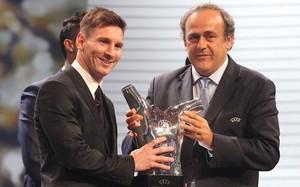 Leo Messi recibió el trofeo de manos de Michel Platini