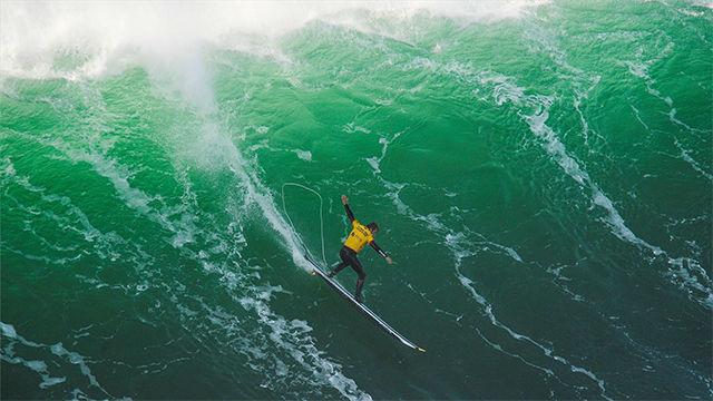 Natxo González, primer surfista que logra un 10 en la ola gigante de Nazaré