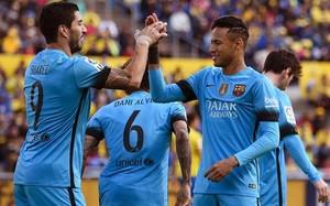 Neymar felicita a Suárez, autor del primer gol del Barça en el Gran Canaria