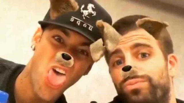 Neymar y Piqué, bromeando