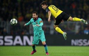 Raphael Guerreiro en acción contra Leo Messi durante el partido del grupo F de la Champions League entre el Borussia Dortmund y el FC Barcelona en Dortmund,