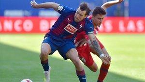 Sergi Enrich forcejeando con Rodri en un Eibar-Atlético
