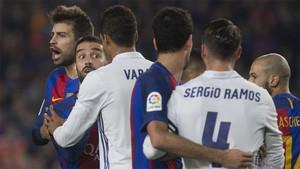Varios jugadores del Barça y del Real Madrid durante el clásico de la Liga 2017/18 en el Santiago Bernabéu