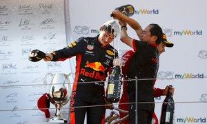 Verstappen y Tanabe, en el podio de Austria
