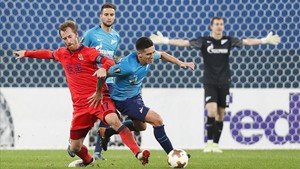 Zurutuza pelea un balón con Kranevitter durante el partido disputado en Sant Petersburgo