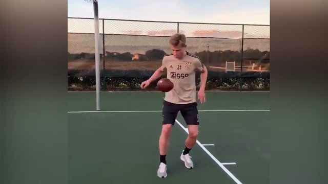 ¡Cómo la toca De Jong con un balón de fútbol americano!