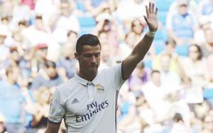 Cristiano Ronaldo recibe una ovación de los aficionados del Santiago Bernabéu