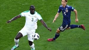 El defensor central del Napoli, Koulibaly, le guiña al Barça