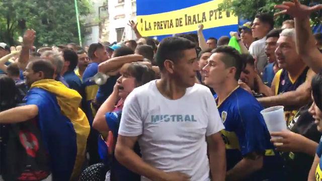 Delirio en La Boca tras el gol de Benedetto