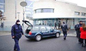 Estampa un coche contra la valla de la Cancillería Federal de Alemania