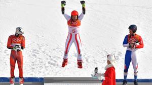 Hirscher celebrando su triunfo en el podio