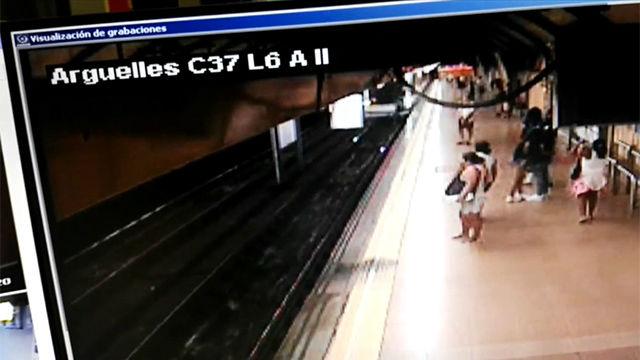 Un hombre empuja a otro a las vías justo cuando pasa el tren