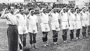 Imagen del año 1937 de una formación del Madrid, puño en alto, en los momentos previos a un partido de homenaje a la 21ª Brigada Mixta republicana en Chamartín