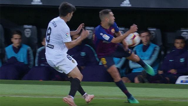 Jordi Alba responde a los aficionados valencianistas con este taconazo