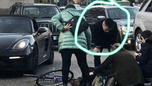 Lautaro atendiendo a la ciclista tras el accidente