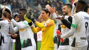 Los jugadores del Gladbach celebraron la goleada con la afición